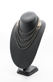 Belo e luxuoso colar em jóias com pescoço