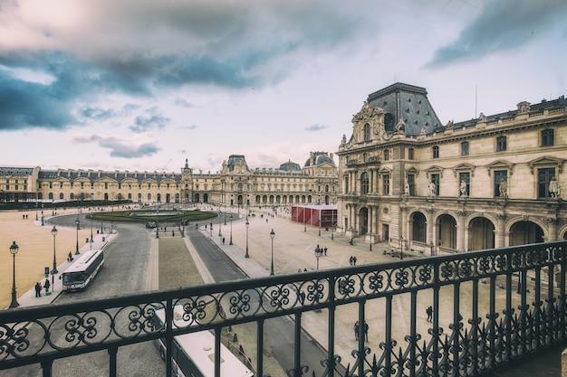 Belo edifício do palácio do louvre e em paris, frança