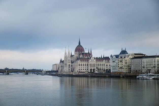 Belo edifício do parlamento em budapeste, popular destino de viagem