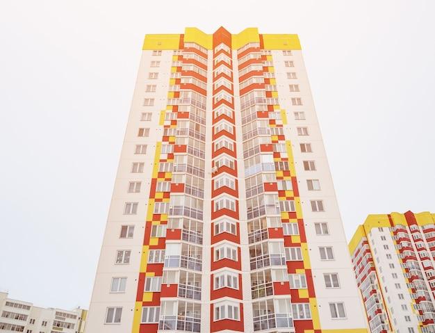 Belo edifício moderno e céu azul, luz do sol