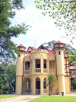 Belo edifício no palácio sanamchan na província de nakhon pathom