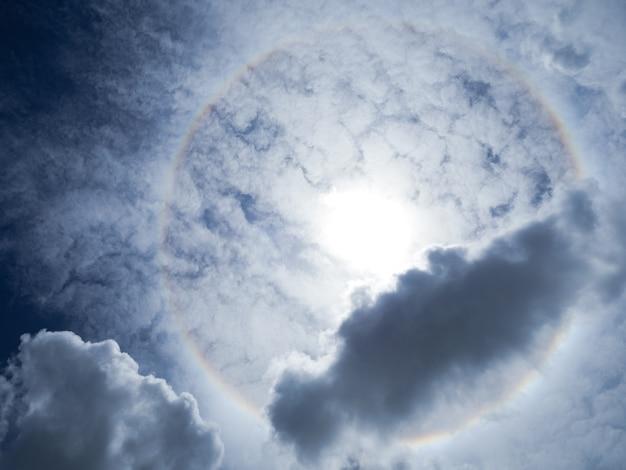 Belo fenômeno do halo do sol