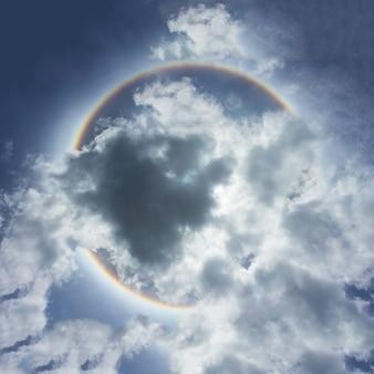 Belo fenômeno do halo do sol.