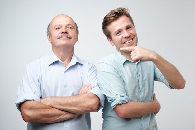 Belo filho maduro está orgulhoso de seu pai mais velho