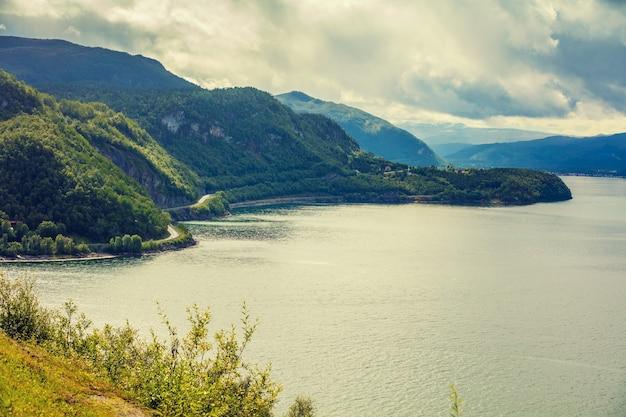 Belo fiorde, paisagem escandinava. bela natureza da noruega