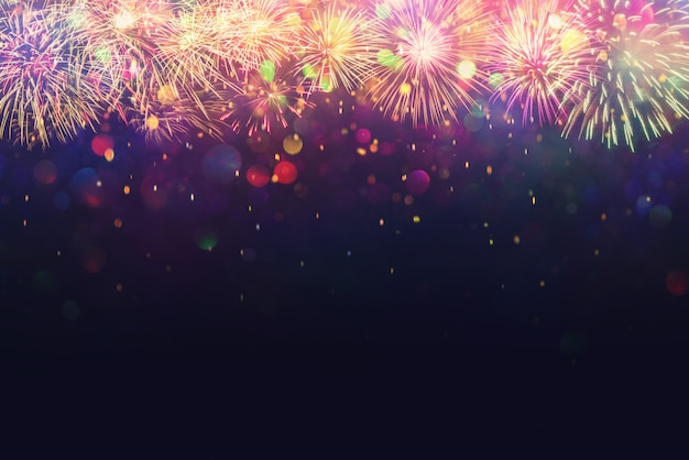 Belo fogo de artifício e efeito de iluminação de bokeh desfocado abstrato
