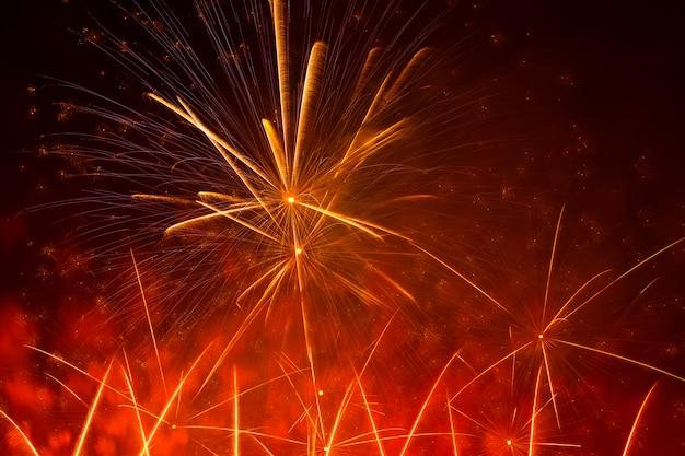 Belo fogo de artifício laranja exibir no urbano para celebração no escuro quase