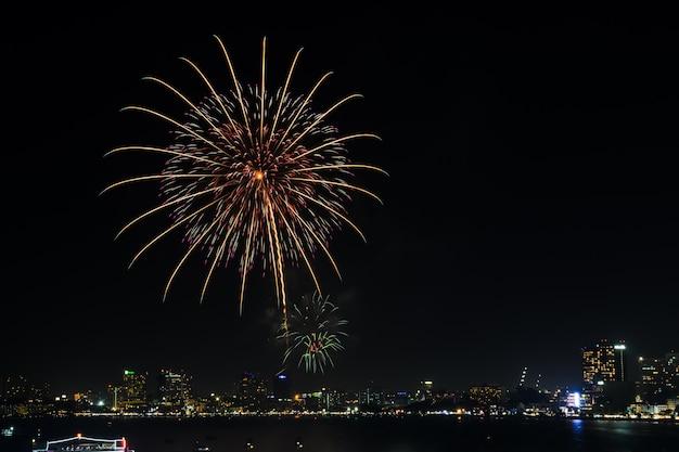 Belo fogo de artifício na costa de pattaya, tailândia