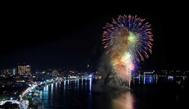 Belo fogo de artifício na praia de pattaya, tailândia