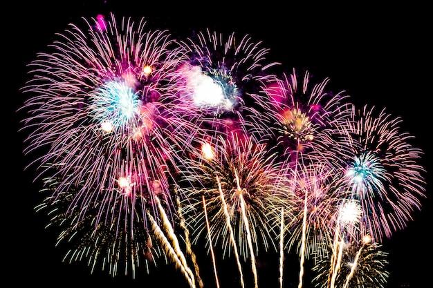 Belo fogo de artifício no céu à noite para celebração