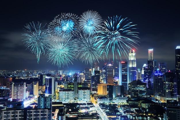 Belo fogo de artifício sobre a paisagem urbana de cingapura