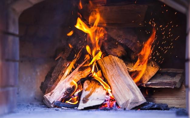 Belo fogo na lareira.