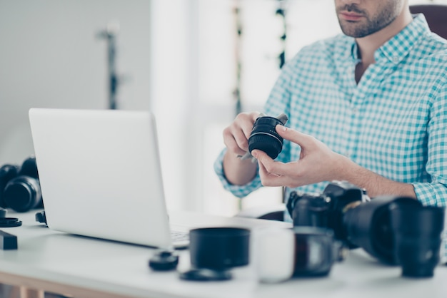 Belo fotógrafo masculino trabalhando na mesa