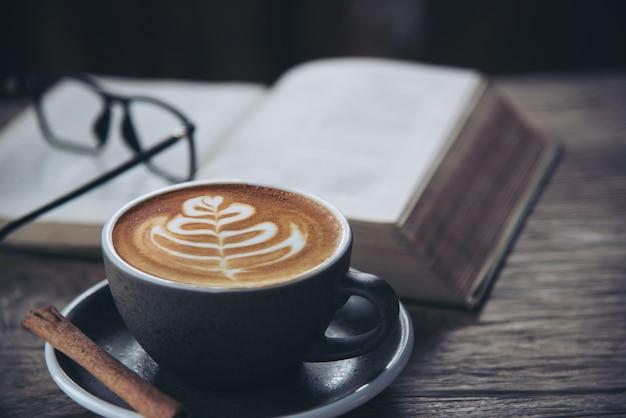 Belo fresco relax conjunto de xícara de café da manhã
