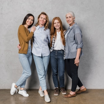 Belo grupo de mulheres posando juntos