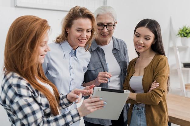 Belo grupo de mulheres trabalhando juntos