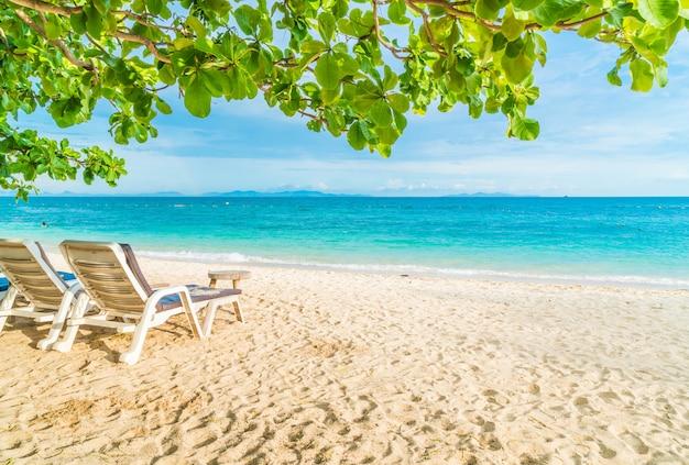 Belo guarda-chuva de luxo e cadeira na praia