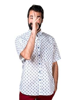 Belo homem moreno com barba fazendo uma piada