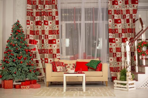 Belo interior da sala de estar decorada para o natal