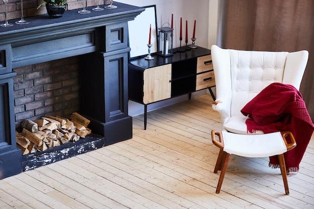 Belo interior de sala de estar com piso de madeira e lareira na nova casa de luxo.