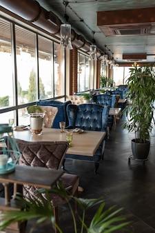 Belo interior do restaurante em tons de marrom escuro semiantique. mesas servidas
