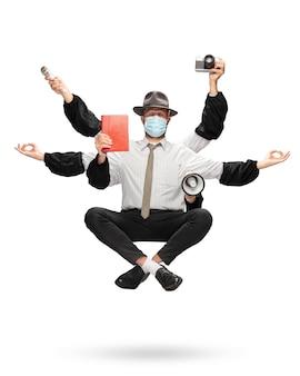 Belo jornalista com vários braços levitando isolado no fundo amarelo do estúdio com equipamento