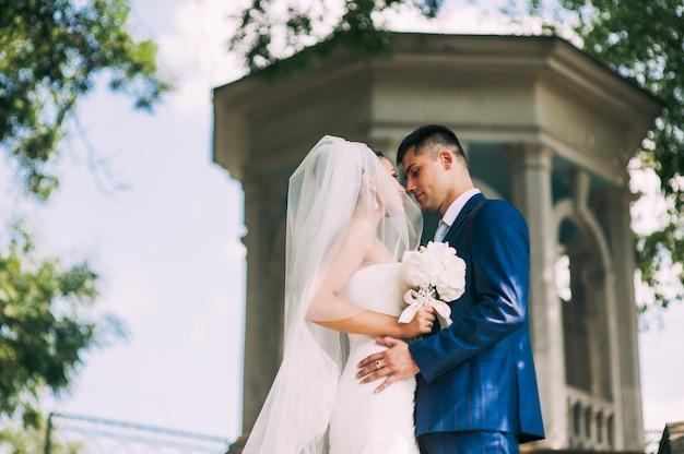 Belo jovem casal nos pavilhões. casamento