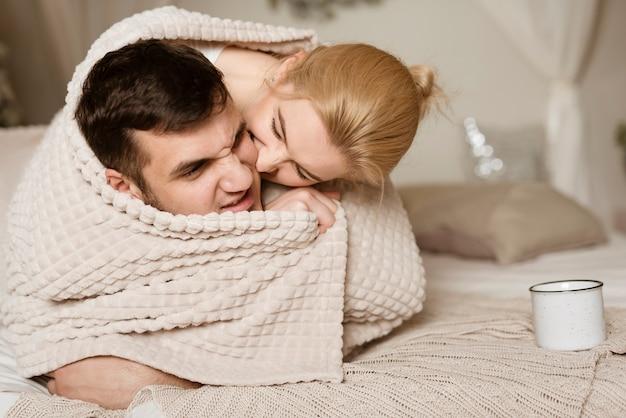 Belo jovem e mulher apaixonada