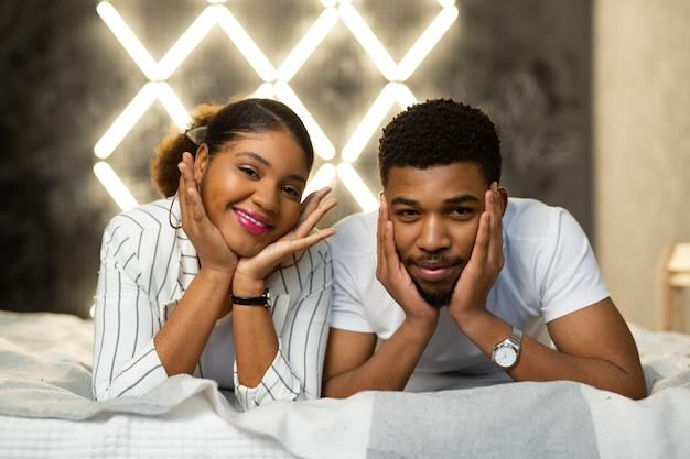 Belo jovem e uma mulher deitada na cama