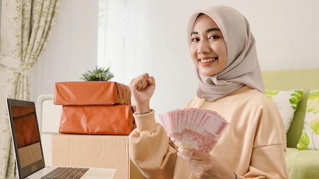 Belo jovem empresário asiático obtendo bons resultados