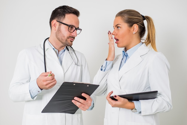 Belo jovens médicos com tablet digital sobre o fundo branco