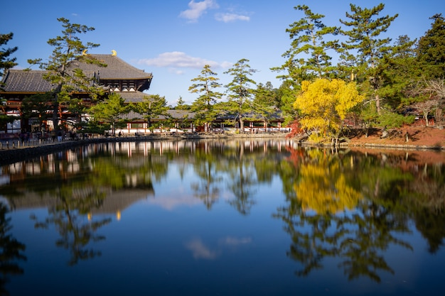 Belo lago com reflexo no japão.