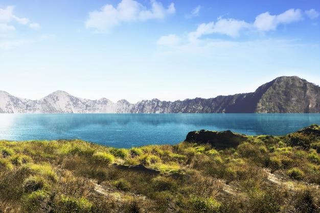 Belo lago com vista para a montanha no fundo