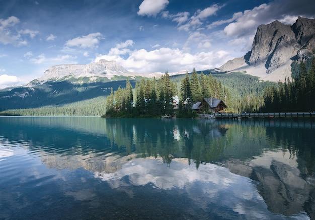 Belo lago e resort no parque nacional de yoho, colúmbia britânica, canadá