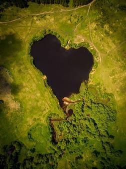 Belo lago em forma de coração
