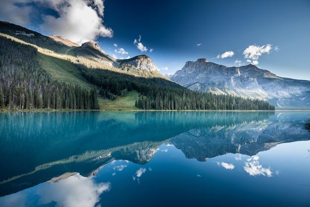 Belo lago esmeralda no canadá