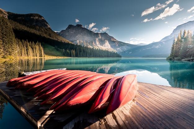 Belo lago esmeralda, parque nacional de yoho, colúmbia britânica, canadá