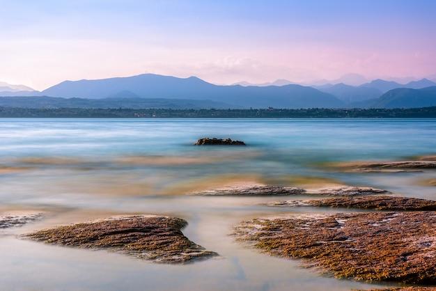 Belo lago garde na itália com cadeias de montanhas