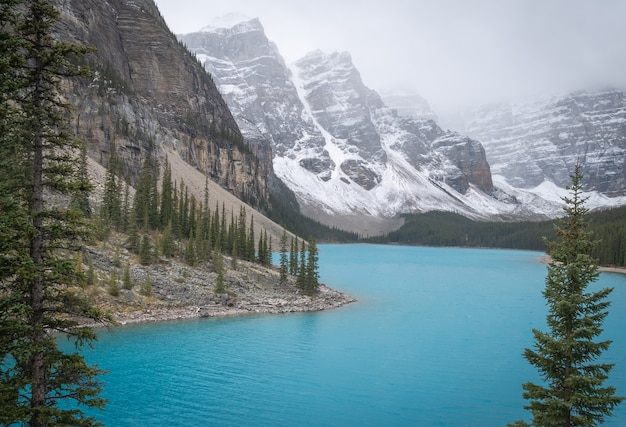 Belo lago glaciar nas montanhas rochosas canadenses, lago moraine parque nacional de banff em alberta canadá