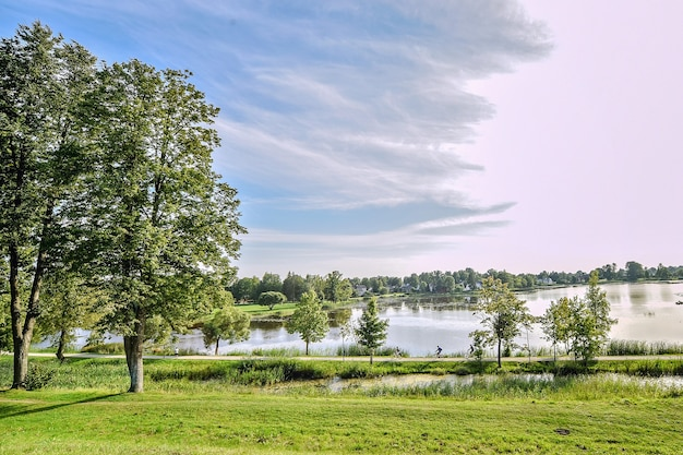 Belo lago kirkilu na lituânia, perto do castelo birzai.