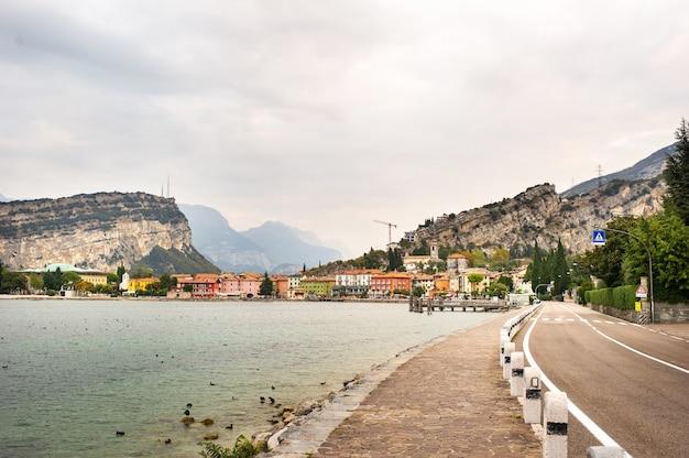 Belo lago lago di garda e a vila de torbole, cenário alpino. itália.