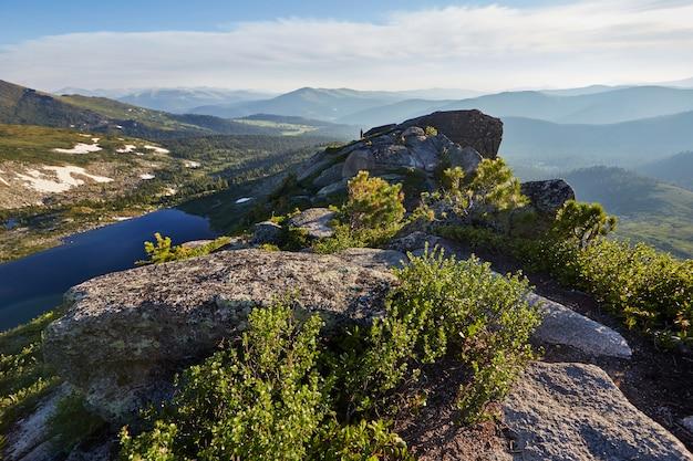 Belo lago nas montanhas ao sol da tarde