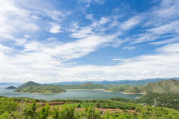 Belo lago no céu azul