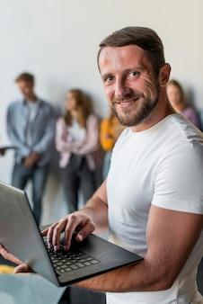 Belo laptop de navegação masculino