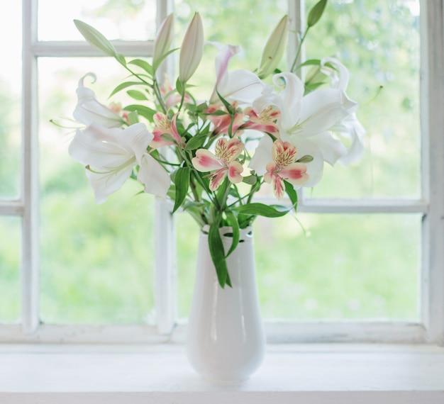 Belo lírio branco em um vaso no peitoril da janela