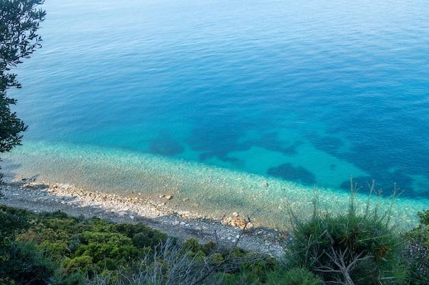 Belo litoral com montanhas e rochas na grécia