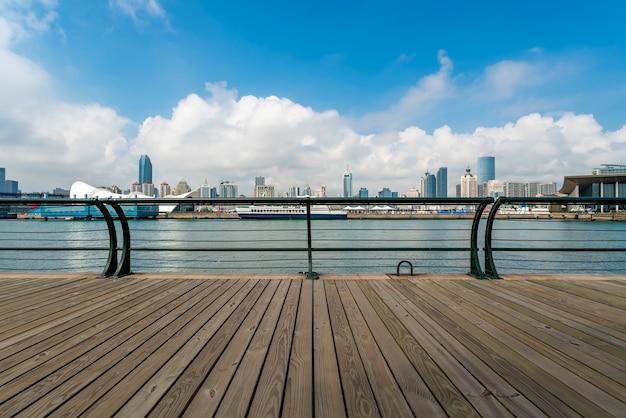 Belo litoral de qingdao e paisagem urbana