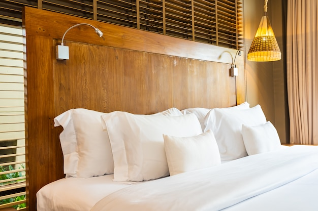 Belo luxo confortável travesseiro branco na cama e cobertor decoração no quarto