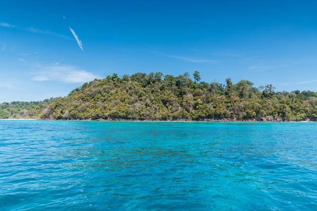 Belo mar da ilha de surin