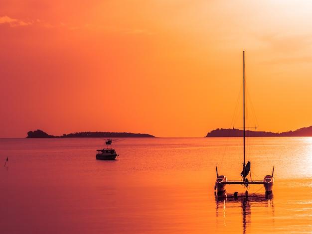 Belo mar tropical e oceano com veleiro ou iate